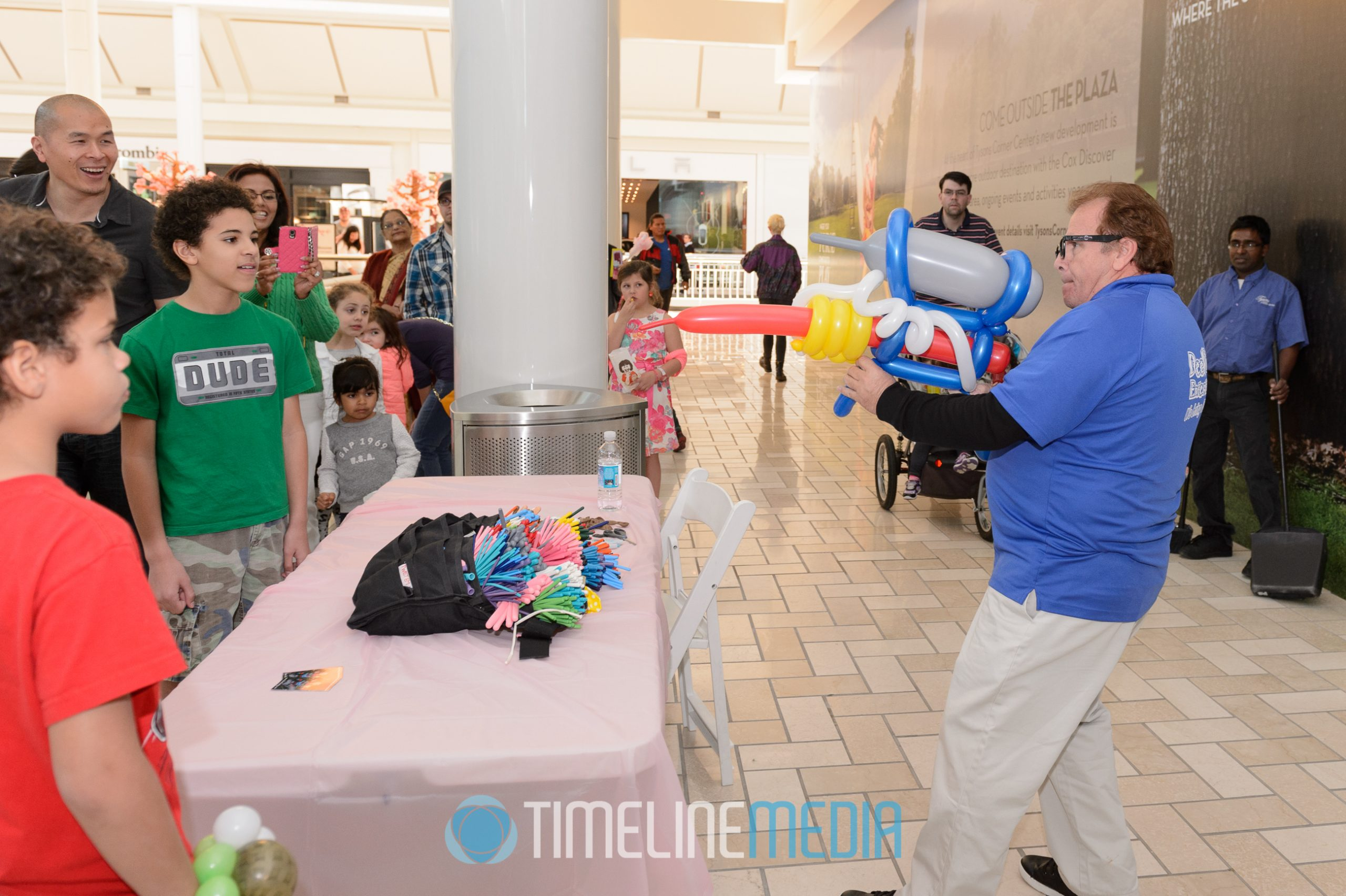 Crowd with balloon artist ©TimeLine Media