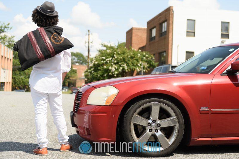 Men's bag slung over shoulder ©TimeLine Media